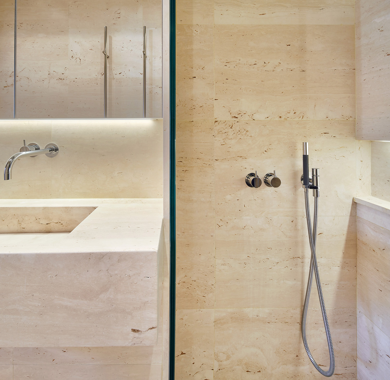 Ático Ciutat Vella travertine luxury bathroom