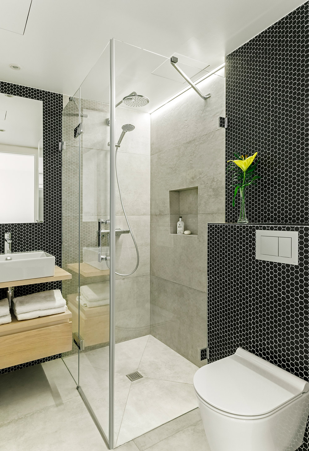 La Escala bathroom with black hexagonal mosaic tiles