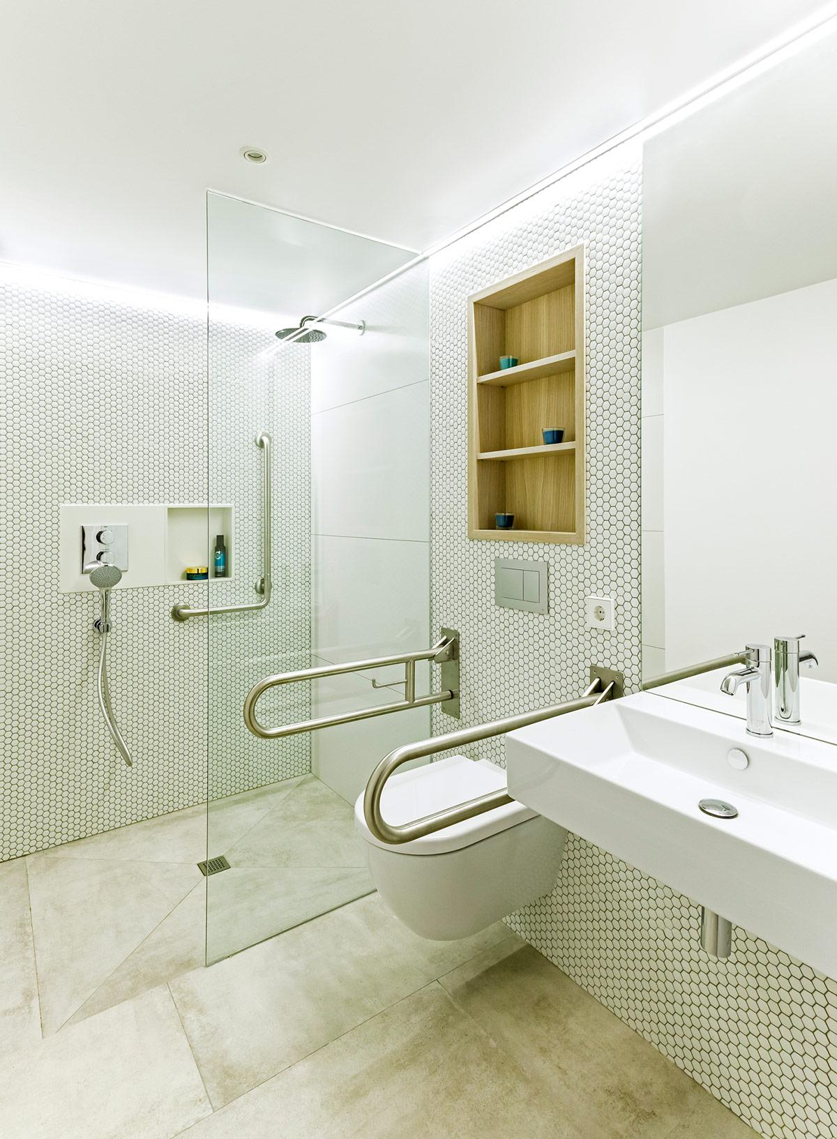 La Escala disable friendly bathroom with mosaic